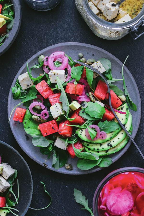 Ensalada griega vegana con feta